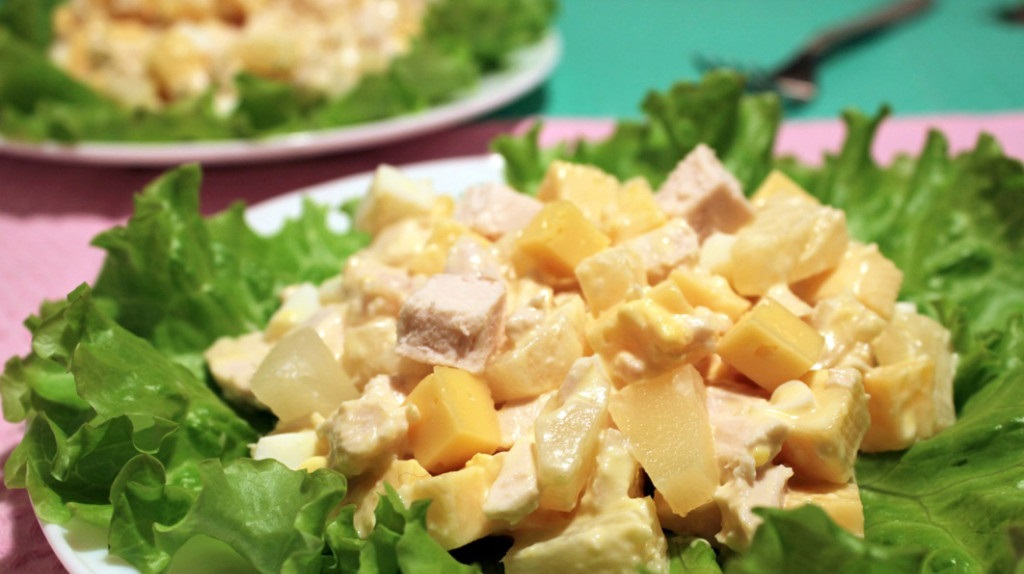 Рецепт салата с ананасом и сыром