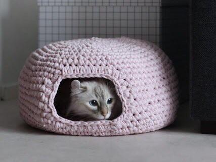 Вязаный домик для кошки из трикотажной пряжи