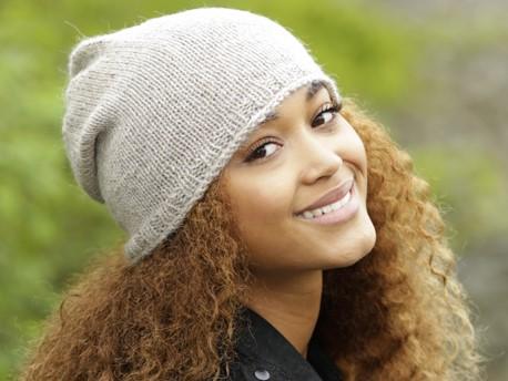 Простая женская шапка спицами