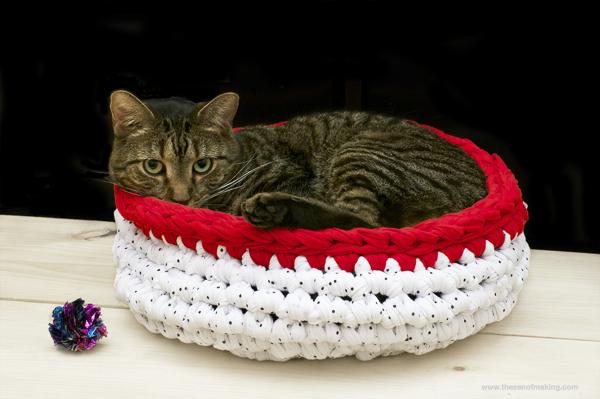 Вязаная лежанка для кошек из трикотажной пряжи