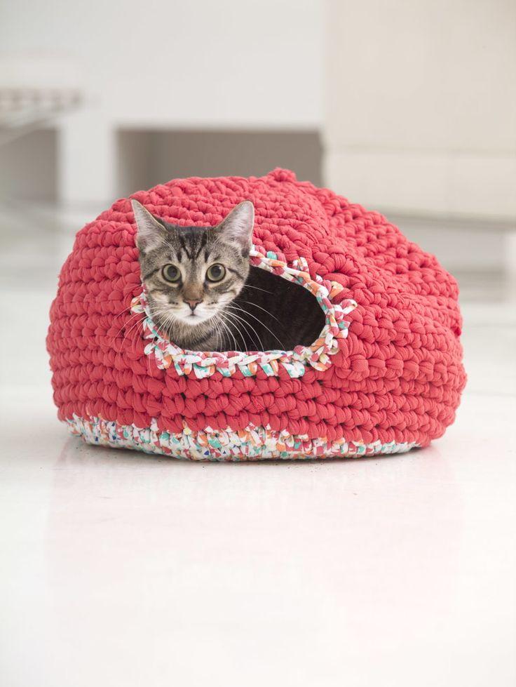 Вязаный кошачий домик из толстой пряжи