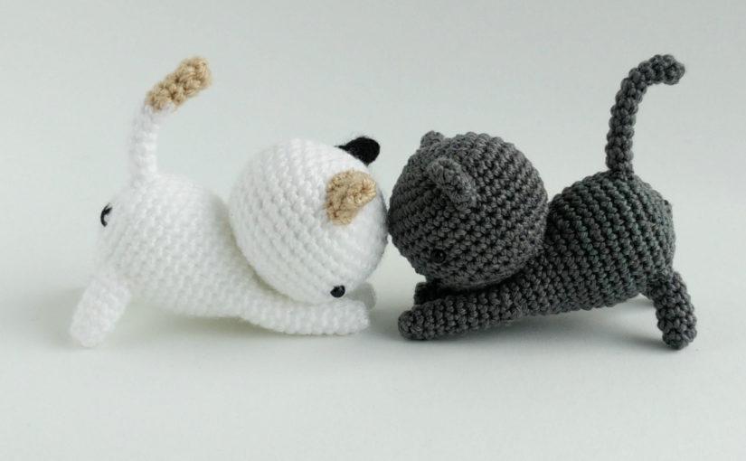 Играющий котенок амигуруми крючком